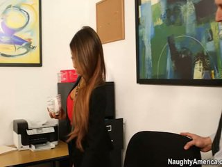 Oustanding jug chief madison ivy receives employee banane në të saj zyrë