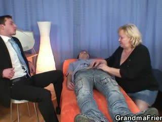 ブロンド おばあちゃん gets slammed バイ two dicks