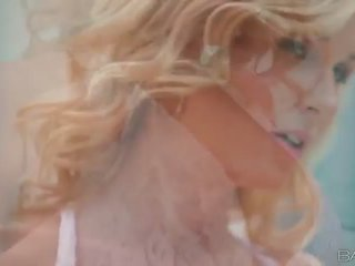 Blond beib laura kristall masturbates