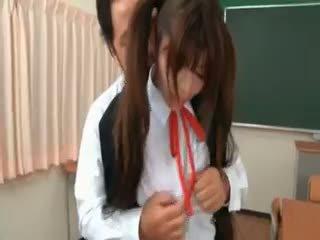 Asiatique écolière gets seduced par excited prof