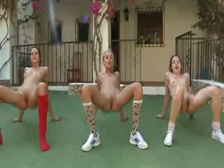 Trio lakuriq lesbos duke e bërë aerobi
