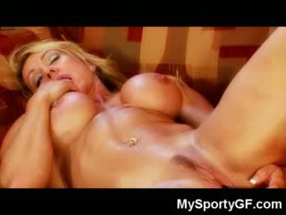 Muscle ベイブ dildoing 彼女自身!