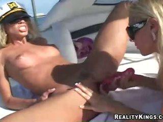 Kvinner marlie moore og venn enjoys en leketøy fake penis handling outdoors