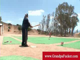 Velho homem mostrando um senhora como para balanço