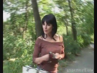 Çeke vajzë duke thithur kokosh në the rrugë për para