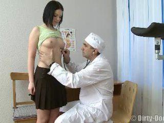 Gynecologist spreads adolescentes pernas em cadeira