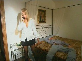 ब्लोंड step-mom में स्टॉकिंग्स seducing बेटा