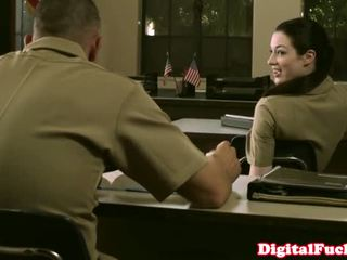 Liten och nätt militär baben stoya kontors demands muntlig från personligt
