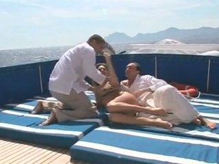 Beauty gets double zajebal na a čoln