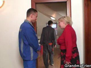 Viejo guarra enjoys two cocks y consolador