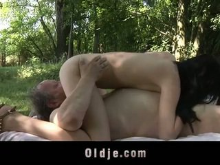 Feit gammel mann fucks tenåring i den woods