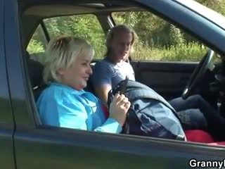 Mummi getting pounded sisään the auto