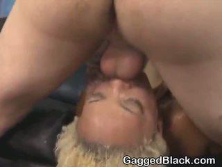 Dyed haired čierne dirt pobehlica getting tvár fucked podľa biele guy