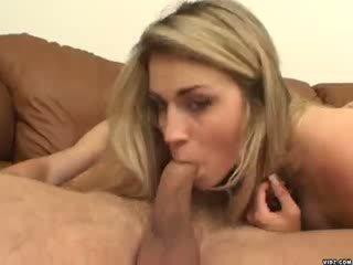 Sexig blondie ciera sage strokes på enormt penisen