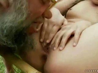Extrém pisilés és leszopás csoport szex