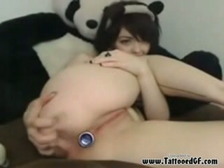 Tattooed emo babe with rosebud butt plug teasing her pussy