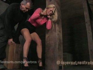 Blondinka in metal & deri bondage predicaments