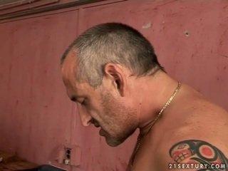 Manis remaja rambut pirang gets kacau oleh tua orang