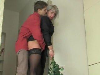 אמא שאני אוהב לדפוק הזונה seduces צעיר נער