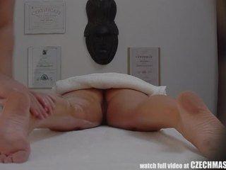 Magnifique blonde gets huile massage & baise comme bonus