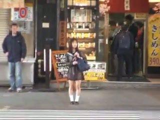 אסייתי תלמידת בית ספר flashing ב ציבורי