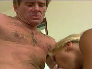 Seksowne blondynka kurwa getting double penetrated przez jej lovers