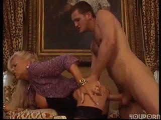 Eldre kvinne knullet av hingst
