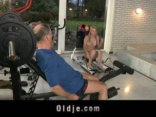 Oldje: senas dude gets laimingas su a seksualu blondinė mažutė.