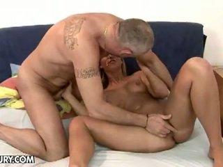 Σέξι ξανθός/ιά linda ray τσιμπουκώνοντας an γριά καβλί