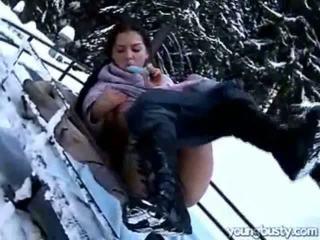 Ora masturbates 在 該 snow