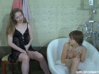 Two kåta homo spela med varje andra muff i badrum