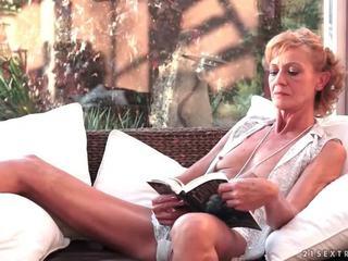 Caliente abuelita fucks su joven boyfriend