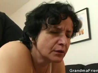 Elle gets son vieux poilu hole filled avec two cocks