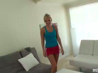 Taylor tilden amateur blonde ado avec naturel seins suçage bite