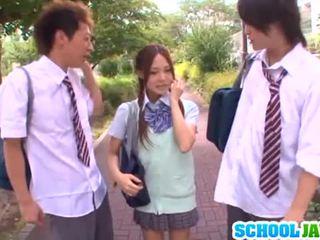 J schoolgirls: yukina sucks dicks és gets nailed -ban egy hármasban
