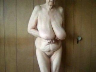 80 año viejo abuelita con grande saggy tetitas