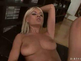 Sexy lesbičky hannah lovec a jasmine rouge having a kočička licking akce