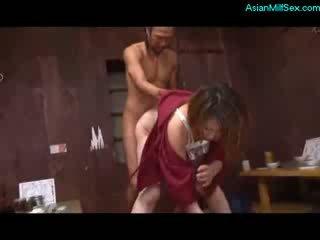 Pieauguša sieviete uz kimono nepieredzējošas dzimumloceklis fucked līdz 2 guys par the grīda