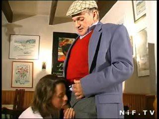 Французька матуся в трійця з papy вуайеріст в a restaurant