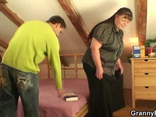 Hun pleases en mann nær henne fin jugs og stor fuzz