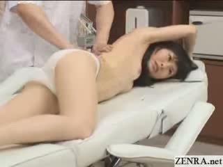 Innocent jap tšikk koos pisikene büst has massaaž