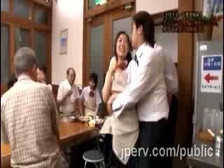 Жеребець goes грубий з краля японська gf під час сім'я dinner
