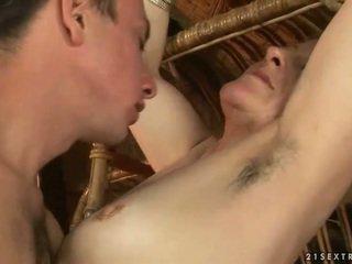 Grootmoeder en jongen enjoying heet seks