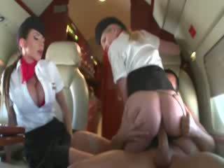 Stewardesses বাইক চালানো একটি customers বাড়া