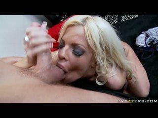 Caldi momma jordan blue munches un youthful cazzo in suo bocca come un sausage