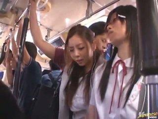 Shameless zdemoralizowane chińskie females having funtime około bananas w publiczne autobus