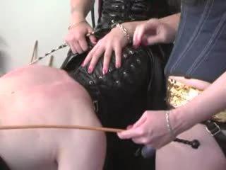 een femdom scène, controleren strapon scène, plezier biseksuelen klem