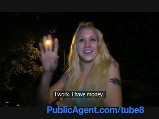 Publicagent unge blond med en vakker fitte fucks utenfor