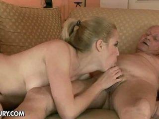 Blondi vauva fucks mukaan an vanha mies