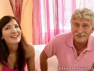 Nagypapa és tini beauty enjoying forró szex